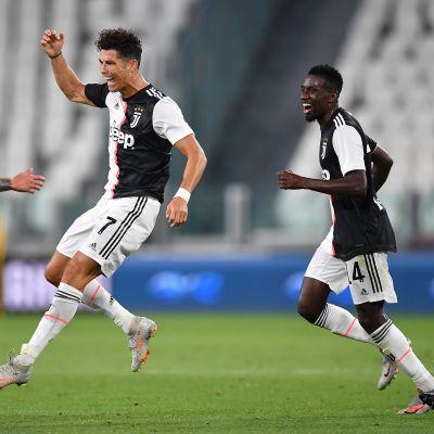 Juventuksen Cristiano Ronaldo juhlii maaliaan. 26.7.2020