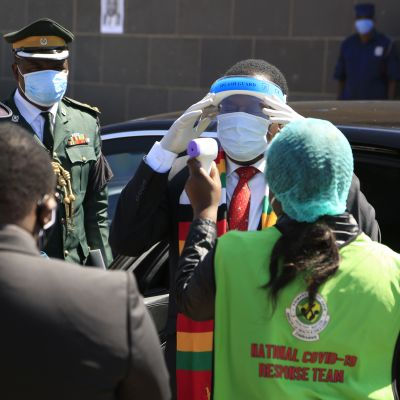 Ruumiinlämpöä mitataan presidentti Emmerson Mnangagwalta otsasta