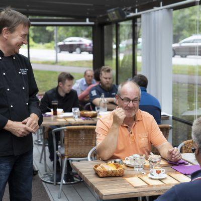 Ravintola Coussican keittiömestari juttelee asiakkaiden kanssa