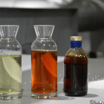 Kierrätyspolttoaineita lasipurkeissa pöydällä.
