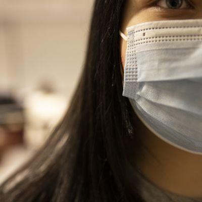 Yläkoulun oppilas maski kasvoillaan.