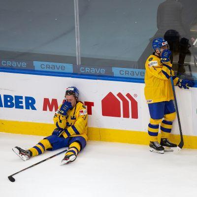 Ruotsin joukkueen Noel Gunler, Emil Andrae ja maalivahti Hugo Alnefelt kyynelehtivät jäällä. Ruotsi on hävinnyt Suomelle nuorten MM-kisojen puolivälierässä Edmontonissa.