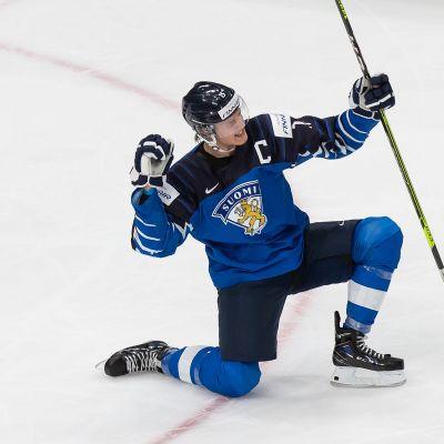 Anton Lundell tuulettaa tasoitusosumaa puolivälierässä Ruotsia vastaan.