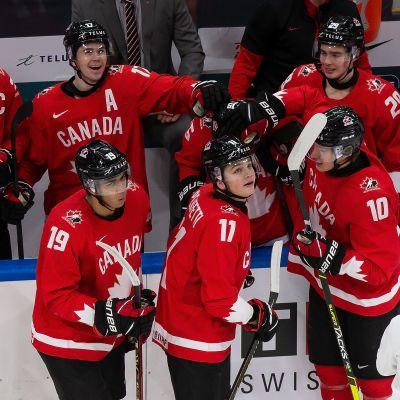 Kanadan pelaajat onnittelevat vaihtoaitiossa seisovaa Alex Newhookia maalista, joka tarkistettiin videolta.