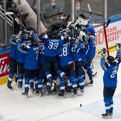 Suomi juhli villisti MM-pronssia nuorten arvokisoissa Edmontonissa.