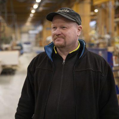 Omatalon pääluottamusmies Pasi Kainulainen seisoo Omatalon tehtaalla.