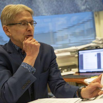 Seppo Ylä-Herttuala lukee tutkimuspapereita