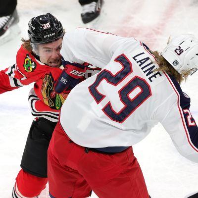 Brandon Hagel ja Patrik Laine tappelevat.