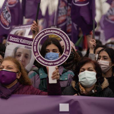 Mielenosoittajat kokoontuivat Istanbuliin vastustamaan päätöstä erota väkivaltaa torjuvasta sopimuksesta.