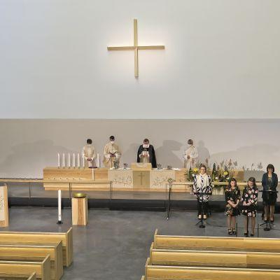 Uuden kirkon vihkimisseremonioiden ja saarnan lisäksi pääsiäissunnuntain tilaisuudessa kuultiin musiikkiesityksiä.
