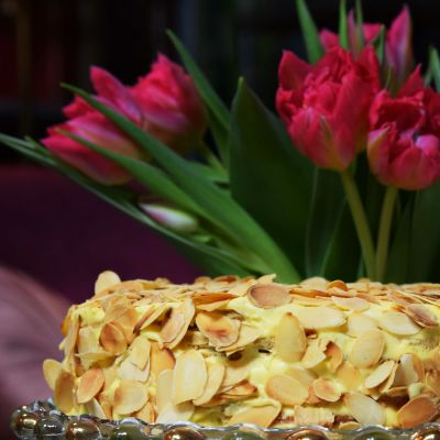 Oscar II:s tårta på ett tårtfat.
