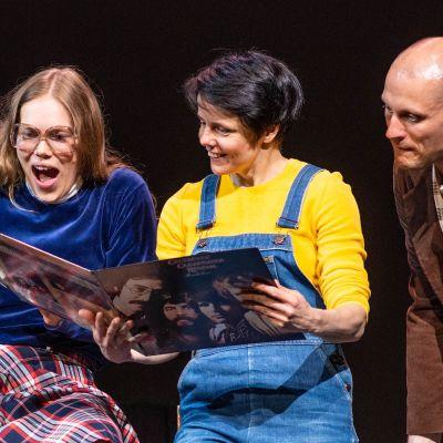 Näyttelijöitä Rintamamiestalo-näytelmän harjoituksissa