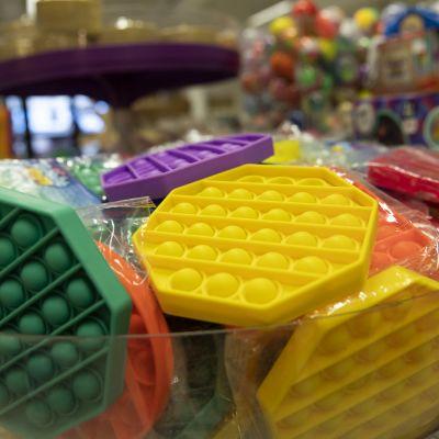 Lasten Fidget Toys leluja hyllyssä.