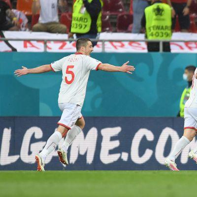 Goran Pandev juhlii Pohjois-Makedonian ensimmäistä maalia EM-kisoissa.