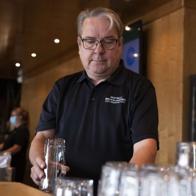Hotelli IsoValkeisen yrittäjä Mika Moisander työssä hotellin ravintolassa.