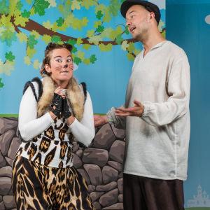 Carla Fri och Anders Grönroos i pjäsen Mästerkatten i stövlar.