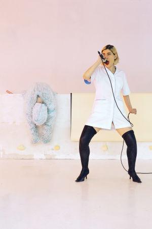 Malin Nyqvist uppträder som städerska i Objects