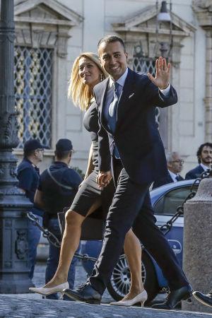 Italiens nya utrikesminister Luigi Di Maio med flickvännen Virginia Saba anländer till ceremonin då de nya ministrarna svärs in 5.9.2019