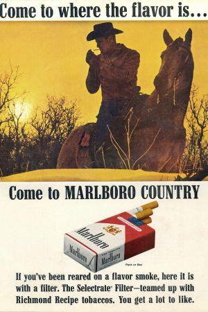 Cowboy (Marlboro mies) sytyttää tupakkaa ja istuu hevosen selässä.