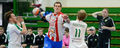 BK:s Nico Rönnberg utmanar Granis Erik Åkermarck.