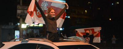 En kvinna håller upp en flagga