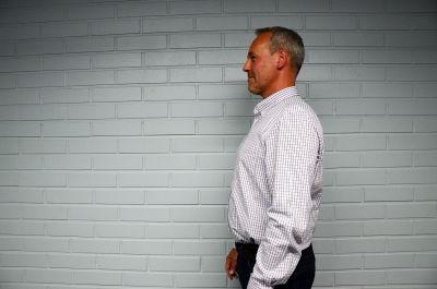 Johan Slotte visar hur du ska stå: Hakan bakåt, som att du har ett snöre mitt på huvudet som drar dig uppåt.