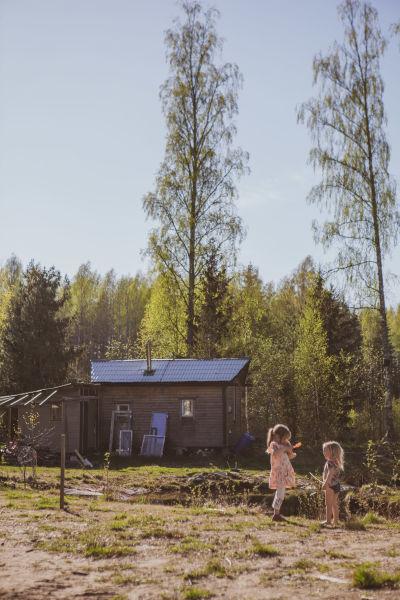 Pauliinan lapset Salmi Tide ja Suvanne lempipaikassaan lammen reunustalla Vaunumäen pihapiirissä.