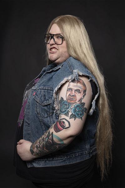 Iida Kiiverin olkavarressa on Tonnin seteli -ilme -tatuointi