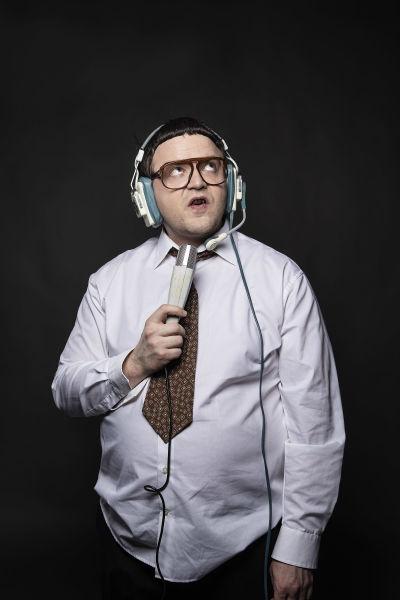 Antti Melkko pukeutuneena Kummeli-hahmo Mauno Ahoseksi