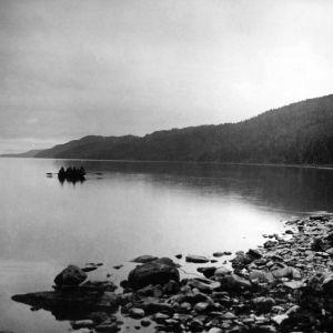 I. K. Inhan valokuvassa nuottaveneitä Paanajärvellä yösydännä