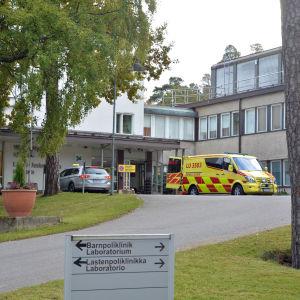 Ambulans utanför Ekenäs sjukhus.