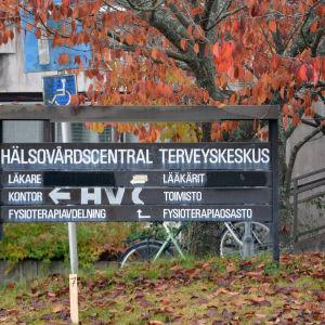 Skylt där det står hälsovårdscentral.