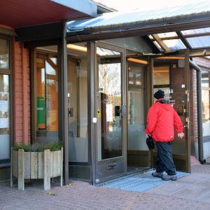 Kund går in på ett bankkontor.
