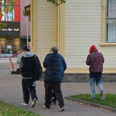 Ungdomar utanför ungdomsgården Villa Haga i Karis.
