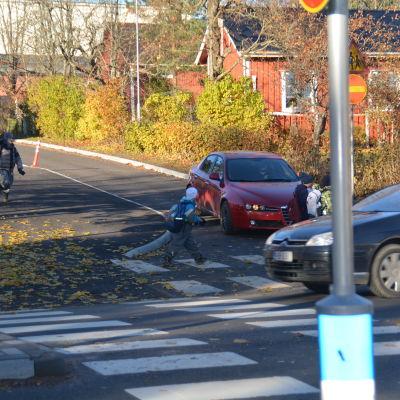 Skolbarn korsar Hindersvägen i Karis