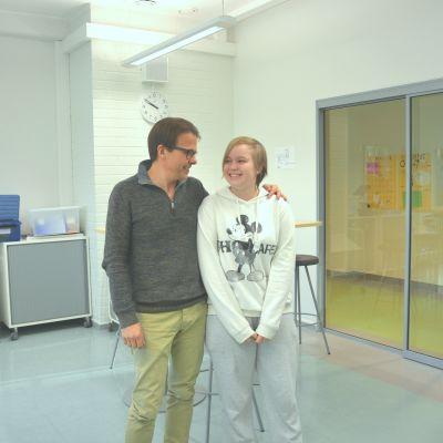 Rektor Antti Jyrkkänen och eleven Jeanette står i skolans bibliotek.