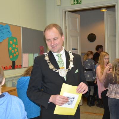 Stadsdirektör Tom Simola firade barnens dag i Snåresalen i Ekenäs