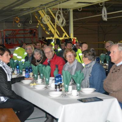 Många deltog i taklagsfesten för Sjundeå allaktivitetshall.