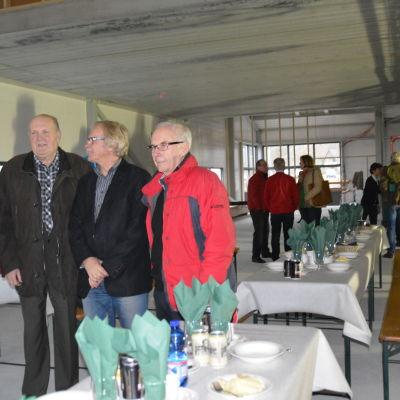Rabbe Dahlqvist, fullmäktigeledamot i Sjundeå, långvariga politikern Jarmo Paasikivi, Sjundeås tidigare kommundirektör Henrik Sandström och Frey Karlsson, deltog aktivt i planeringen av allaktivitetshallen i början, deltog i taklagsfesten.
