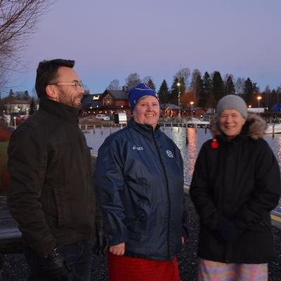Ilkka Rissanen från Ingå kommun och vinterbadarna Anette Lindholm och Eivor Wilkman.