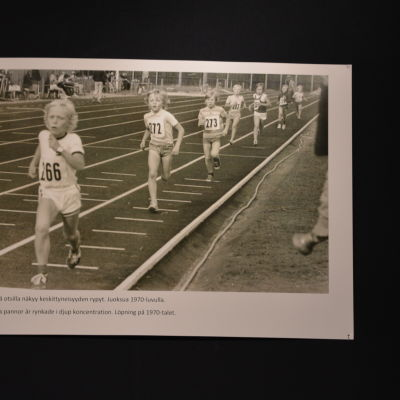 Barn springer i Hangö på 1970-talet.