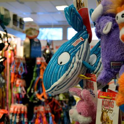 Ett leksaksdjur i form av en val på en hylla i en butik.