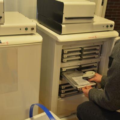 Tuomas Suominen från företaget Menumat laddar måltidsautomaten.
