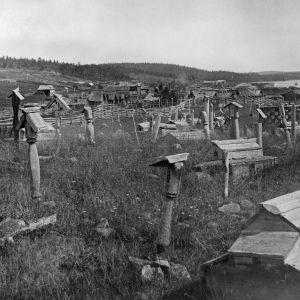 I. K. Inhan valokuvassa Kieretin kalmisto
