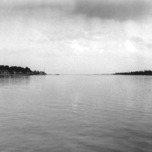I. K. Inhan valokuvassa maisema Oulujoelta