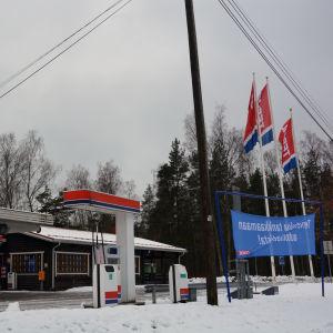 Flaggor utanför en bensinstation.