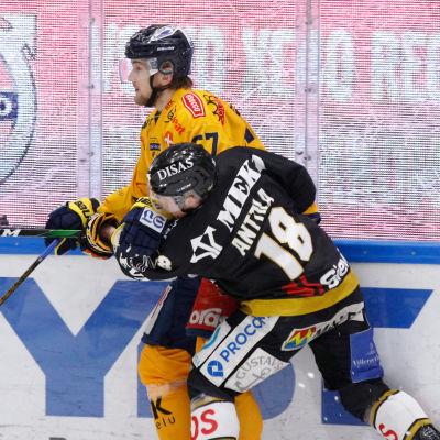 Roni Sevänen och Sami Anttila i nräkamp.