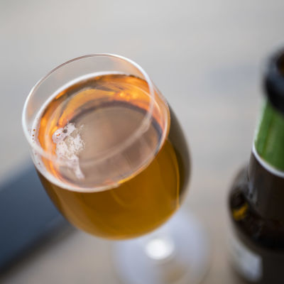 Olutta lasissa ravintolassa.