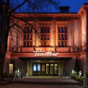 Mikkelin teatteri värjättynä oranssiksi. 25.11. vietettiin YK:n kansainvälinen naisiin kohdistuvan väkivallan vastaista päivää, jonka aikana eri puolilla maailmaa rakennuksia valaistaan kampanjan tunnusvärillä oranssilla.