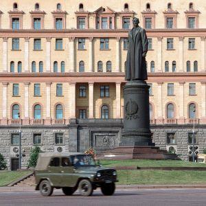 Dzeržinskin patsas seisoo jalustalla aukion keskellä. Takana näkyy Neuvostoliiton turvallisuuspalvelun päämaja.